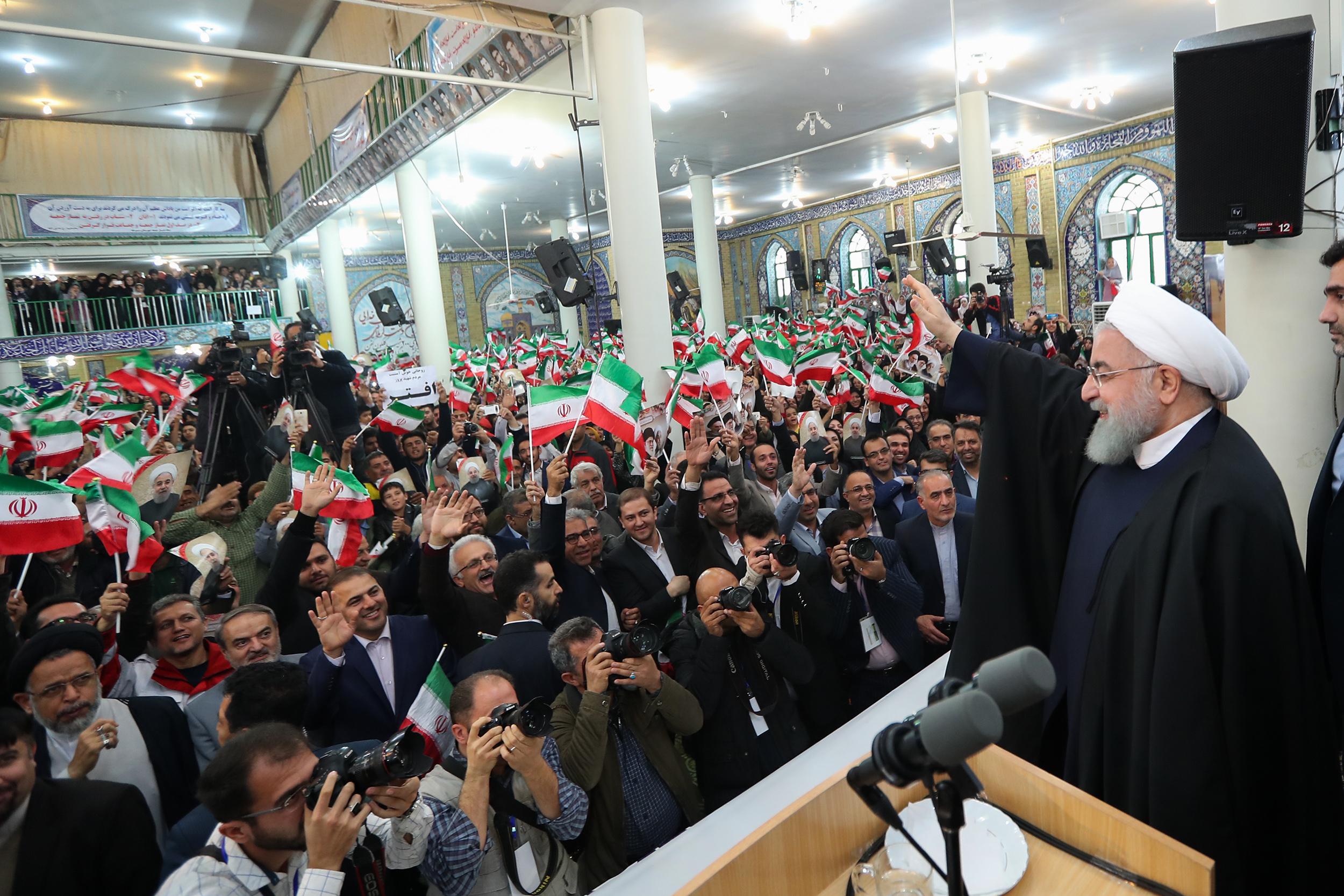 روحانی در جمع پرشور مردم در حسینیه شهدای سرخ+عبارت