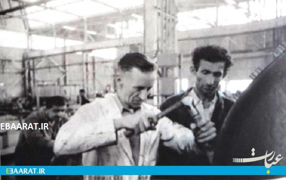 مهندس اروپایی در کنار کارگر ایرانی در پالایشگاه آبادان ۱۹۵۸ - سایت عبارت