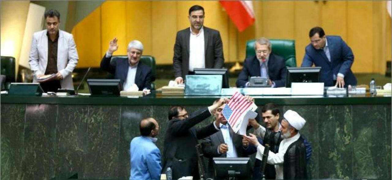 حواشی آتش زدن برجام و پرچم آمریکا در مجلس+عبارت